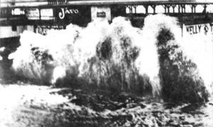 G-17714FF2-15 Waves crashing over Seawall in front of Murdoch Bathhouse