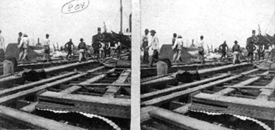 G-1771FF1.2-10 Workers carrying body aboard barge