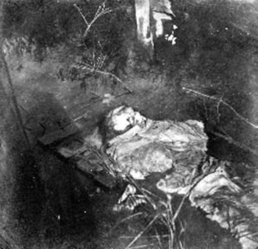 G-1771FF1.4-3 Skeletal remains lying in water