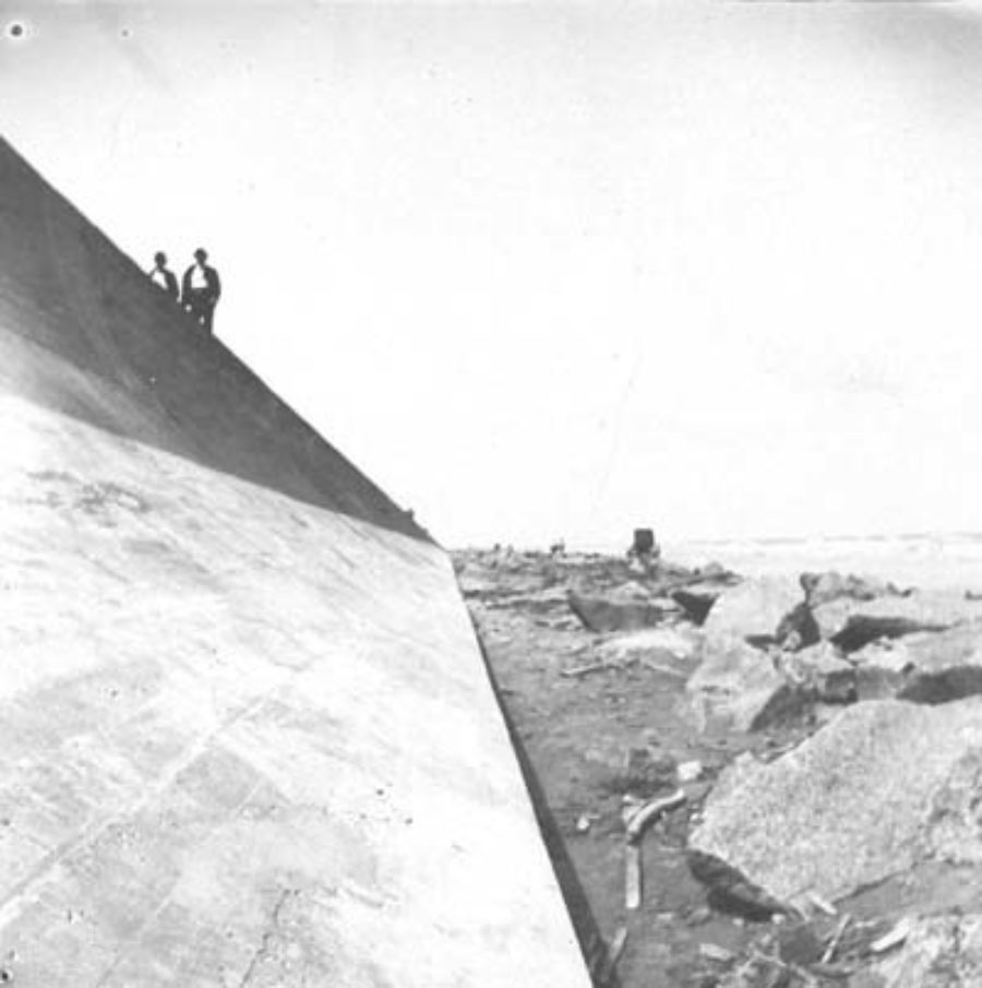 G-5925.3FF1-3 Two men walking on top of Seawall